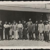 Mężczyźni przed budynkiem